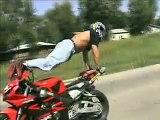 Acrobazie con moto e mini moto