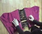 Comment mettre un corset overbust avec busc (La Magie des corsets)