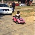 Une fille sort de sa voiture et s'echappe après avoir été arreté par la police.