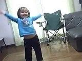 Letícia pequena dançando a música Dance dance dance + escandalo porque minha mãe queria dançar