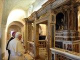 Papst Benedikt XVI am Sarg von Papst Coelestin V