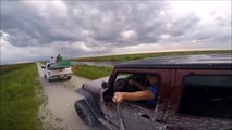 Il veut faire un selfie au volant de sa Jeep et se prend la voiture de devant : FAIL!!!
