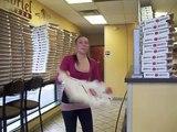 Cette femme plie des boites de pizza plus vite que n'importe qui!
