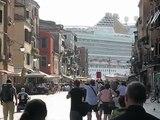Nave crociera nel bacino di San Marco a Venezia