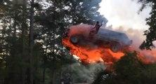 Il saute d'une voiture en feu pour atterrir dans l'eau