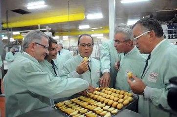 François Hollande dégustant une madeleine à la biscuiterie Saint-Michel de Contres
