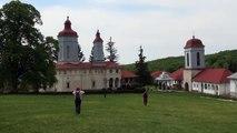 Manastirea Ciolanu, curtea manastirii cu biserica veche, biserica mare si chiliile