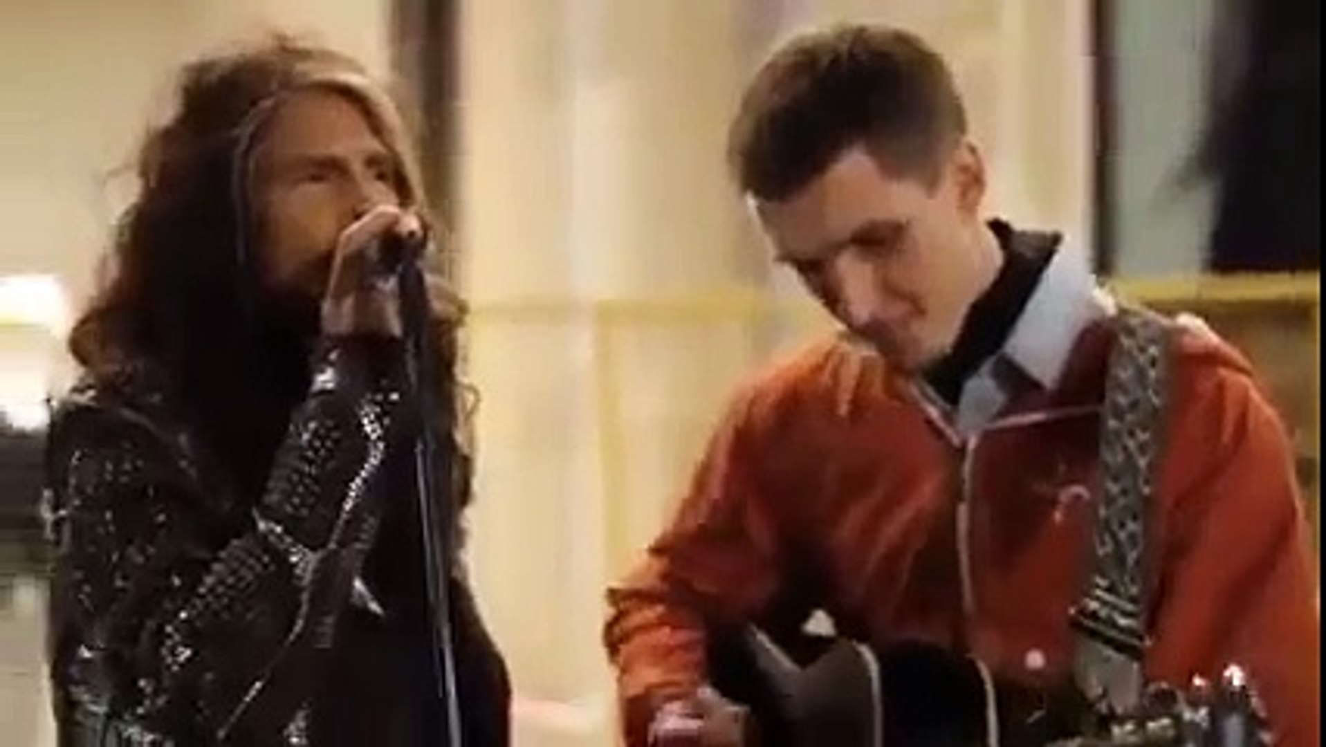Aerosmith Steven Tyler singing with street musician in Moscow!