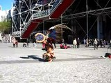 Danse Aztèque devant Pompidou à Paris / Danza tradicional azteca en la plaza del museo Pompidou