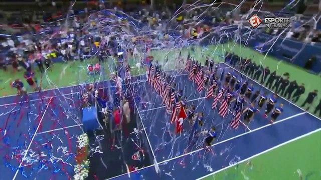 Após bater Roger Federer, Novak Djokovic posa com o troféu do Aberto dos EUA em Nova York