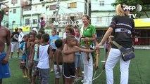 Niños de favela de Rio descubren el tiro al arco