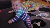 Romain, 9 mois : il marche à 4 pattes et se met debout tout seul !