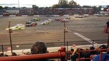 Une course de voitures sur un circuit en 8 où les voitures se croisent