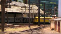 Départ d'un train de vacanciers, garage d'un train de l'Infra puis passage d'un train de pèlerins