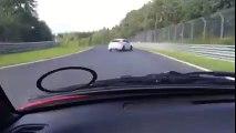 Impressionnant accident de voiture sur le circuit de Nürburgring