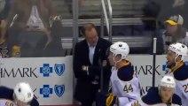Un jeune fan de hockey reç un maillot et un palet aprè s etre fait voler le palet par un adulte!