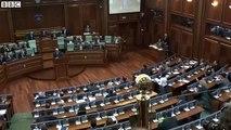 Des députés kosovars bombardent d'œufs leur Premier ministre