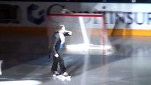 Il chante l'hymne canadien en patins à glace et se casse la figure en direct