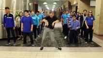 Un professeur danse avec ses étudiants sur Uptown Funk