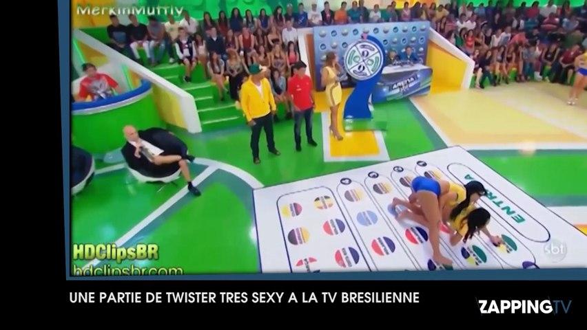 Des jeunes femmes s'affrontent dans une partie de Twister très sexy à la télévision brésilienne