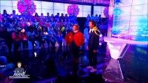 Bertrand Chameroy chante aux côtés de Régine avec un boa autour du cou