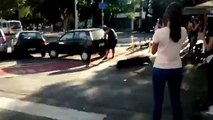 Il déplace à mains nues une voiture garée sur une piste cyclable