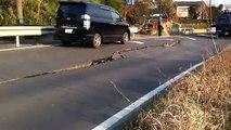 Un route fissurée par le tremblement de terre au Japon