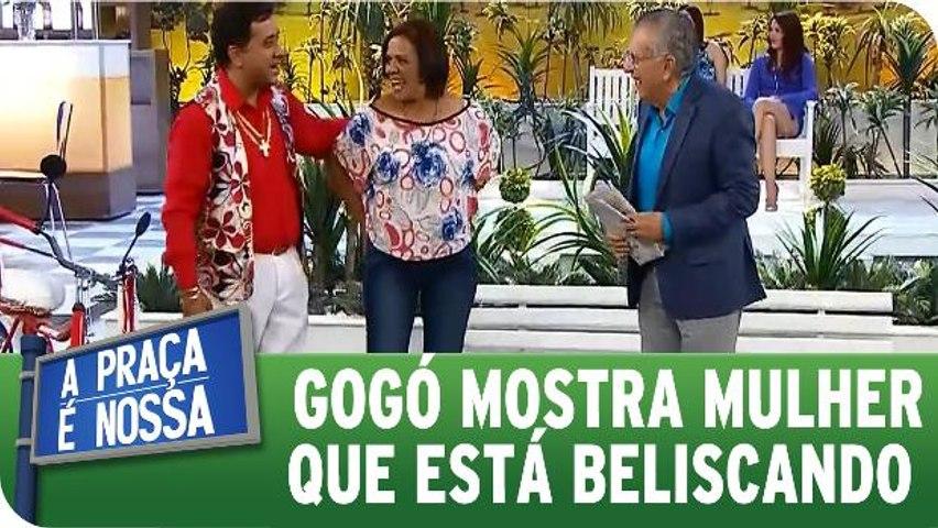 Paulinho Gogó apresenta mulher que está beliscando