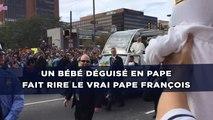 Un bébé déguisé en pape fait rire le vrai pape François