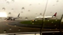 Bolt of lightning strikes Delta Airlines plane during thunderstorms at Atlanta airport - Video Dailymotion