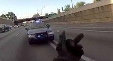 Un policier demande à un motard de faire une roue arrière
