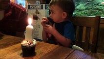 Ce gamin à du mal à éteindre la bougie sur son gâteau