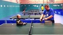 Un bébé joue au ping-pong