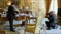 François Hollande, un peu gêné, parle de la photo avec Valérie Trierweiler dans son bureau