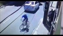 Un voleur de portable punit par le karma, écrasé par une voiture!