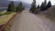 Un énorme saut en vélo dans un lac