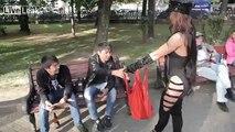 Elle montre ses seins aux passants pour qu'ils arrêtent de boire