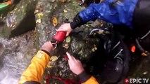 Un kayakiste coincé sous l'eau entre deux rochers