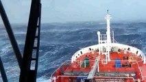 Dev dalgaların arasında kalan gemi