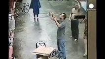 Мужчина поймал падающего из окна соседского ребёнка-приколы плюс