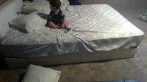 Regardez comment ce bébé descend d'un lit bien trop haut pour lui, il est incroyable!