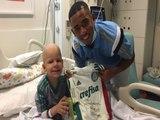 Gabriel Jesus visita pequeno torcedor palmeirense em hospital, e joga videogame com ele