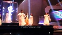 Urwa Hocane fall on stage while dancing at Lux Style Awards 2015