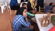 Mise en sachets des plantes aromatiques cultivées par les enfants accueillis à l'association Ourika Tadamoune