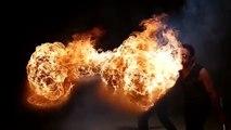 Cracheur de feu filmé en slow-motion - Boule de feu impressionnante