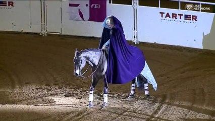 Tout le monde est stupéfait lorsqu'elle arrive à dos de cheval, et qu'elle enlève sa cape.