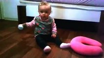 Süßes Baby krabelt über den Boden sehr süßes Baby cute baby