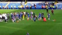 Moment de gloire pour ce bປé qui vole la vedette aux joueurs de Chelsea!
