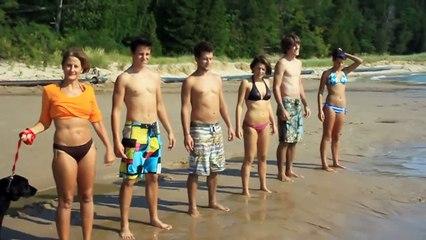 Un groupe de personnes piétine du sable mouvant