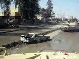 Un tank écrase une voiture piégée et provoque une explosion violente